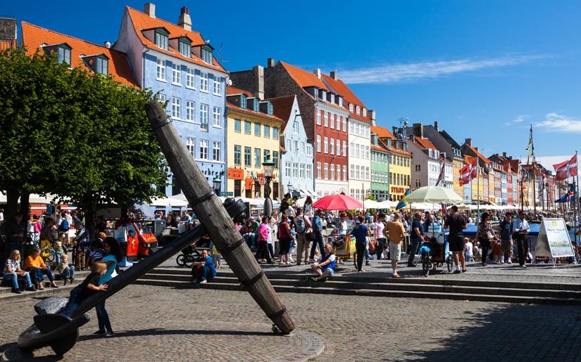 צעירים מבלים במדרחוב המפורסם של קופנהגן